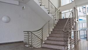 Treppenhaus (es gibt auch einen Aufzug)